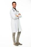 Мужской доктор с стетоскопом и сложенными оружиями Стоковая Фотография RF