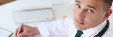 Мужской опарник владением руки доктора медицины пилюлек Стоковое Изображение