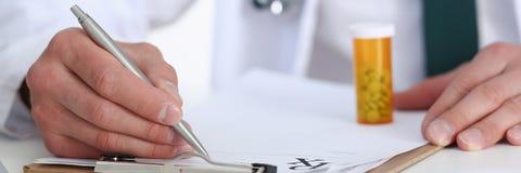 Мужской опарник владением руки доктора медицины пилюлек Стоковые Фотографии RF