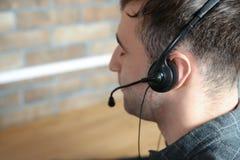 Мужской оператор службы технической поддержки с шлемофоном стоковые изображения rf