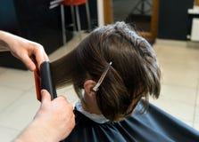 Мужской парикмахер подготавливает для стрижки Стоковая Фотография RF