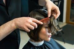 Мужской парикмахер подготавливает для стрижки Стоковое фото RF