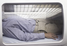 Мужской пациент в камере HBOT кислорода гипербарической Стоковая Фотография RF