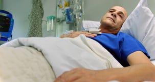 Мужской пациент ослабляя в палате на больнице 4k сток-видео