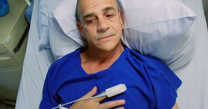 Мужской пациент ослабляя на кровати 4k сток-видео