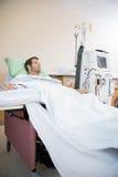 Мужской пациент получая ренальный диализ Стоковое Изображение RF