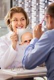 Мужской пенсионер выбирая eyeglasses стоковое изображение rf