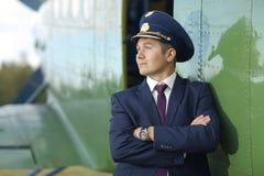 Мужской пилотный близко малый самолет Стоковое Фото