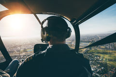 Мужской пилот летая вертолет Стоковое Фото