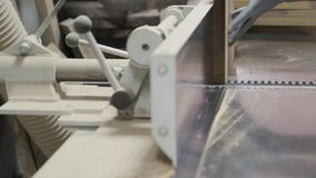 Мужской плотник используя самолет в woodshop woodworking, работнике мелет деревянные части для мебели сток-видео