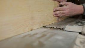 Мужской плотник работая с строгая машиной в мастерской видеоматериал