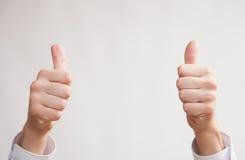 Мужской показывать руки большие пальцы руки поднимает знак Стоковое фото RF