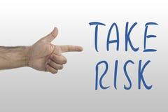 Мужской показ руки ` s для того чтобы принять риск Принимать риск, концепция шанса опасности Стоковые Изображения RF