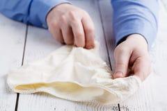 Мужской покупатель выбирает купить женское женское бельё Стоковые Изображения