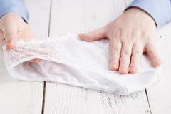 Мужской покупатель выбирает купить женское женское бельё Стоковая Фотография RF