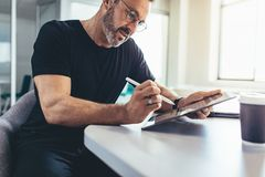 Мужской предприниматель проверяя электронные почты стоковое фото rf