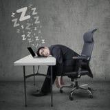 Мужской предприниматель спать на таблице Стоковые Фото