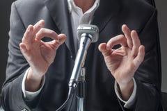 Мужской профессиональный говорить к micro о политике Стоковая Фотография RF
