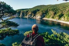 Мужской путешественник от задней части на морском побережье стоковое изображение rf