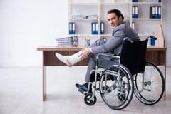 Мужской работник в кресло-коляске в офисе стоковое изображение