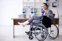 Мужской работник в кресло-коляске в офисе стоковое фото rf