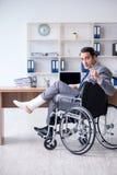Мужской работник в кресло-коляске в офисе стоковое изображение rf