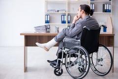 Мужской работник в кресло-коляске в офисе стоковая фотография rf