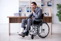Мужской работник в кресло-коляске в офисе стоковые изображения