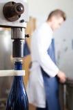 Мужской работник используя машину для того чтобы cork вино на facto игристого вина Стоковые Изображения RF