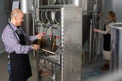 Мужской работник на винзаводе пива Стоковое Фото