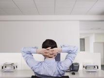 Мужской работник офиса ослабляя на столе Стоковая Фотография