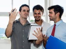 Мужской работник показывая идеи хозяйничать стоковое фото rf