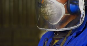 Мужской работник работая в мастерской 4k акции видеоматериалы