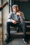 Мужской разбойник при нож сидя на лестницах Стоковые Изображения RF