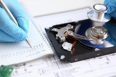 Мужской ремонтник нося голубые перчатки держа стетоскоп на крепко Стоковое Изображение RF