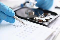 Мужской ремонтник нося голубые перчатки держа стетоскоп на крепко Стоковая Фотография