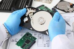 Мужской ремонтник нося голубые перчатки держит жесткий диск Стоковое Изображение RF