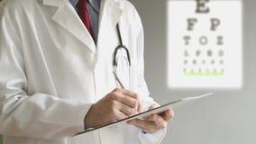 Мужской рецепт сочинительства доктора офтальмолога после рассмотрения глаза. видеоматериал