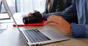 Мужской руководитель бизнеса смотря цифровой фотокамера видеоматериал