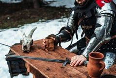 Мужской рыцарь на таблице стоковая фотография rf