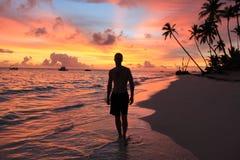 Мужской силуэт на предпосылке захода солнца моря, рассвета Стоковые Изображения RF