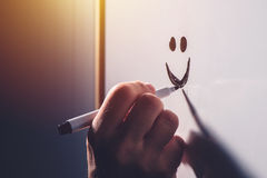 Мужской смайлик smiley чертежа руки на whiteboard офиса Стоковое Изображение RF