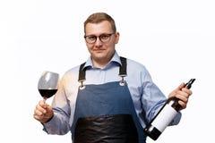 Мужской сомелье с бутылкой красного вина и стекла стоковые изображения