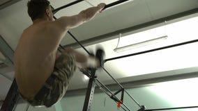 Мужской спортсмен делая динамические подъемы ноги акции видеоматериалы