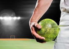 Мужской спортсмен держа гандбол в стадионе Стоковые Изображения