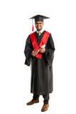 Мужской студент-выпускник афроамериканца в мантии и крышке Стоковое Изображение
