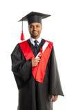 Мужской студент-выпускник афроамериканца в мантии и крышке Стоковое Изображение RF