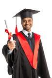 Мужской студент-выпускник афроамериканца в мантии и крышке Стоковые Фото