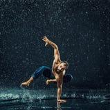 Мужской танцор пролома в воде стоковое фото rf