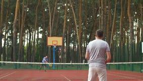 Мужской теннисист ведя счет пункт во время игры сток-видео